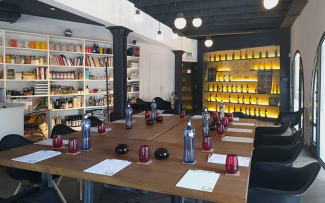 Alquiler de Sala para Reuniones de Empresa en Barcelona_ mesa cuadrada