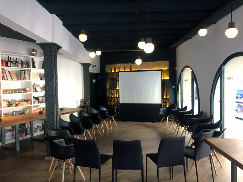Sala de reuniones en barcelona alquiler de sala la for Sala de reuniones