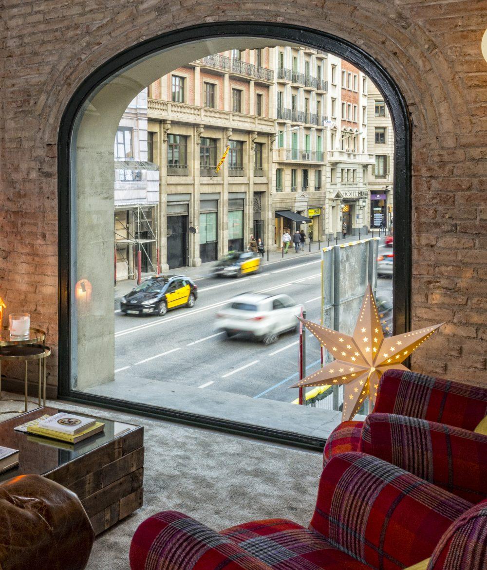 Vistas a via Laietana desde el ventanal principal