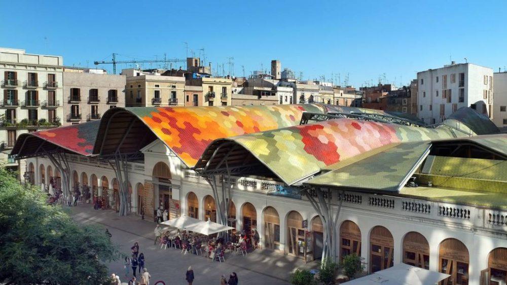 El inconfundible tejado del mercado de Santa Caterina
