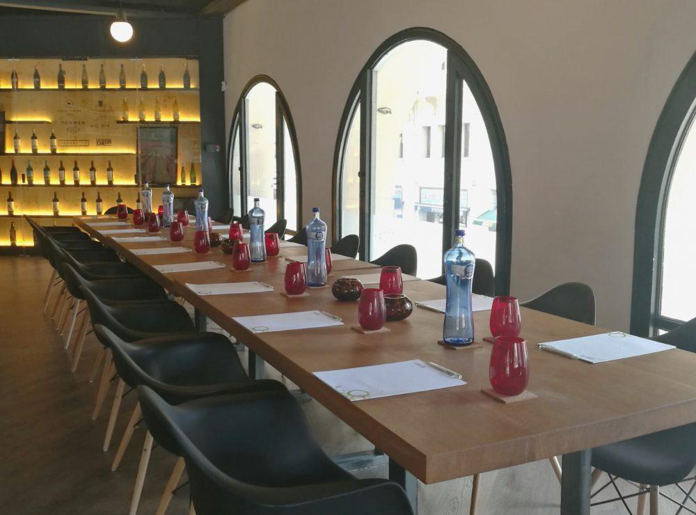 Acogedora sala de reunión con luz natural en el centro de Barcelona.